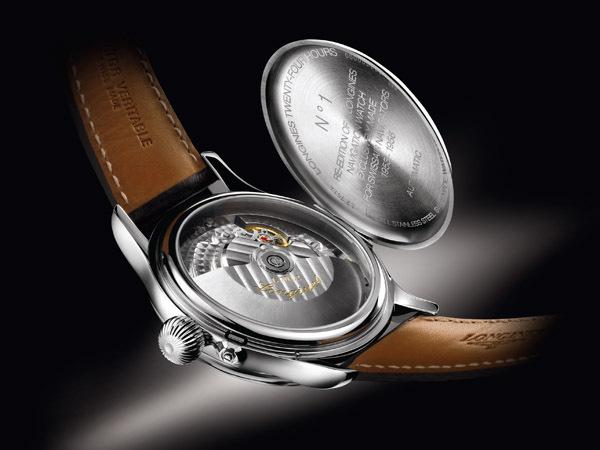 La montre Longines Twenty-Four Hours dispose d'un fond transparent, protégé par un couvercle, révélant les battements de son mouvement.