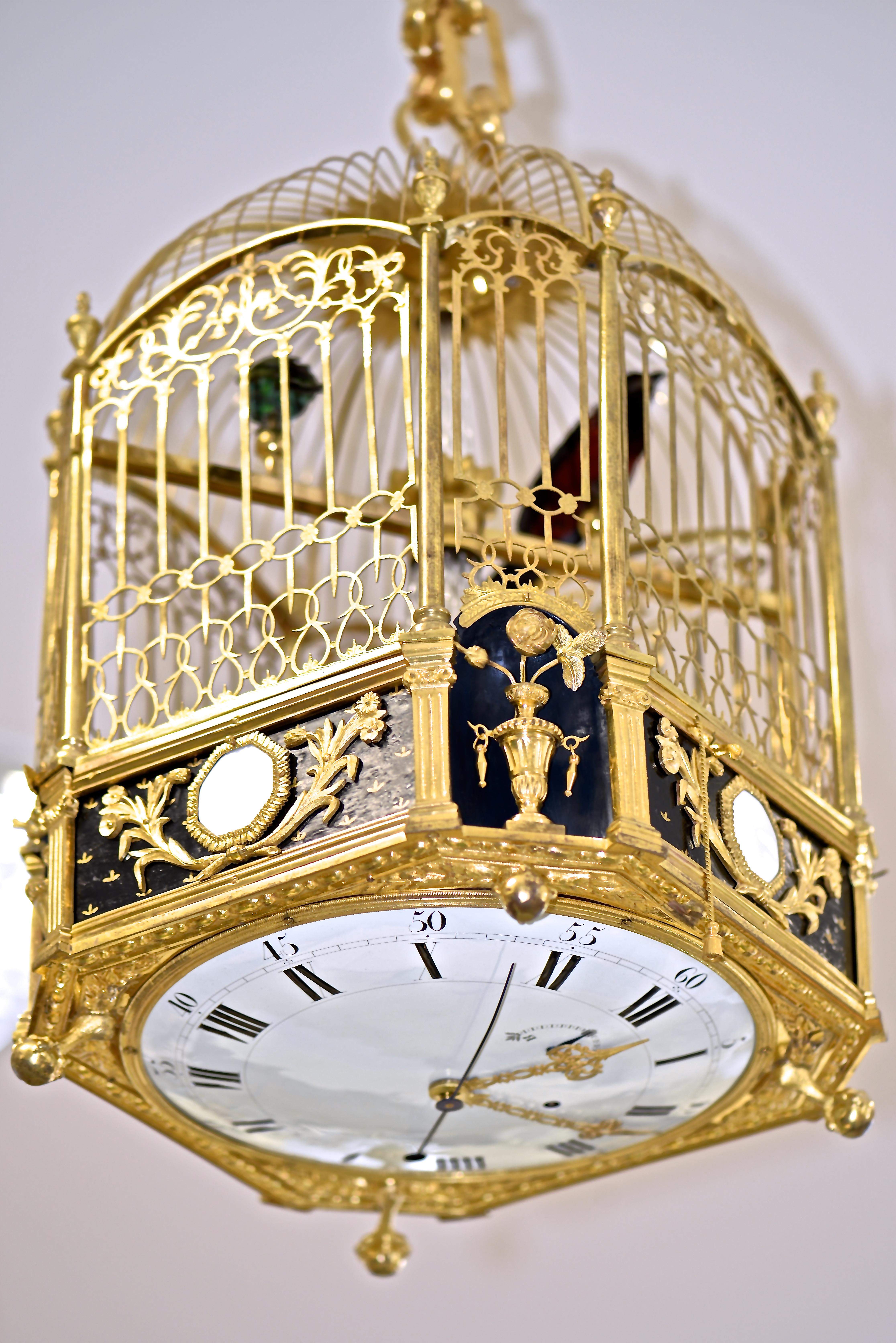 Dans un mouvement de danse mécanique, les ailes des oiseaux chantant se déplient pour lire l'heure